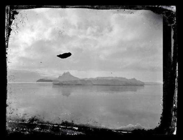 被冰在一塊冰裡的百年古老照片6
