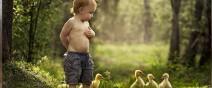 農場裡和動物一起長大的兩個孩子