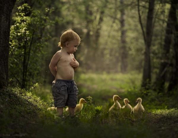 農場裡和動物一起長大的兩個孩子3