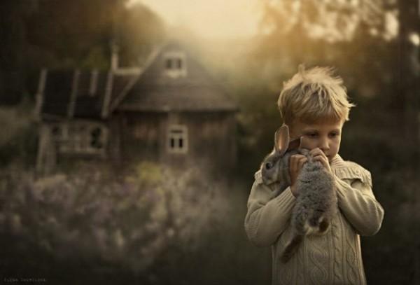 農場裡和動物一起長大的兩個孩子4