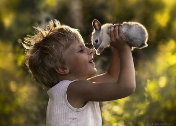 農場裡和動物一起長大的兩個孩子5