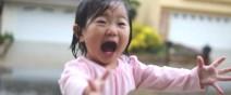 第一次看到雨的小女孩