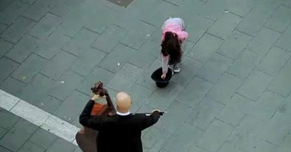 女孩丟錢給一位街頭音樂家,接下來發生的事感動整座城市