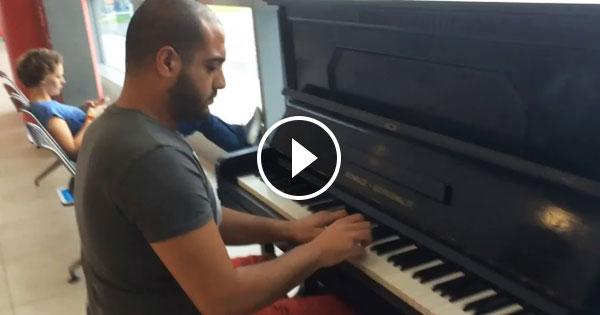 12天沒彈琴手太癢,鋼琴師在機場一彈嚇壞所有人