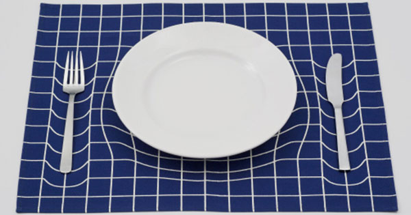 簡單設計的力量!一張桌布讓你的餐具撞凹時空曲面