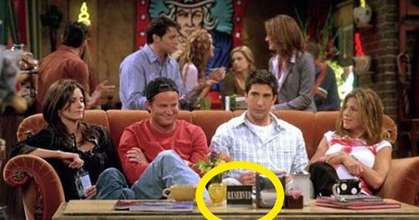 不管你看了幾遍《六人行》,你一定沒發現桌上的牌子