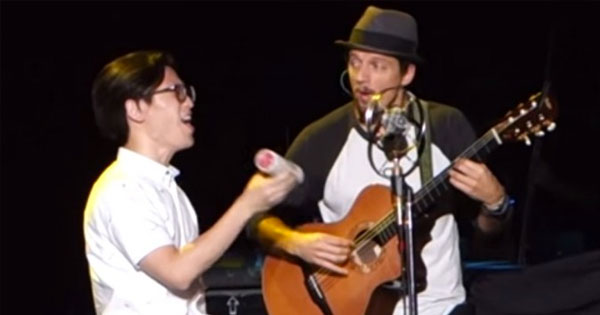 歌手Jason Mraz台北演唱會隨便抓人上台,沒想到居然抓到野生高手