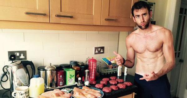 《哈利波特》裡的奈威修煉完成!已變成英國最性感的小鮮肉