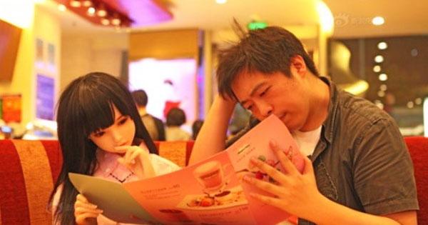 這位爸爸把充氣娃娃當女兒的原因,會讓你覺得五味雜陳